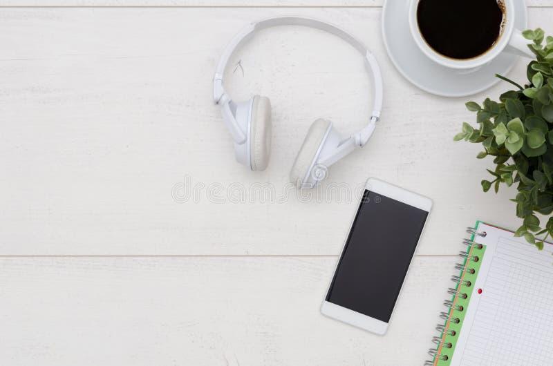 Biurowego biurka stół z telefonem, hełmofonami i dostawami, zdjęcia royalty free