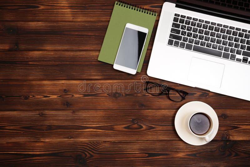 Biurowego biurka st?? z dostawami Mieszkanie przedmioty i Odg?rny widok Odbitkowa przestrze? dla teksta zdjęcia stock