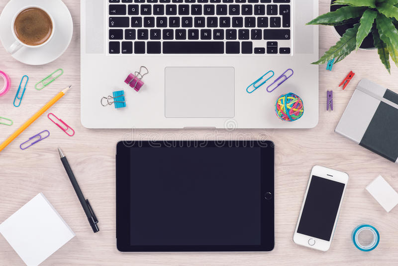 Biurowego biurka stołu miejsce pracy z laptop pastylki klawiaturowym komputerem osobistym i smartphone odgórnym widokiem obraz royalty free