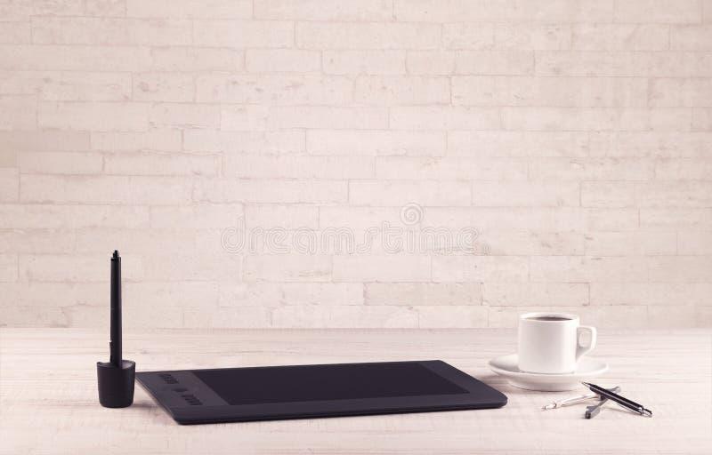 Biurowego biurka zbliżenie z białym ściana z cegieł obraz royalty free