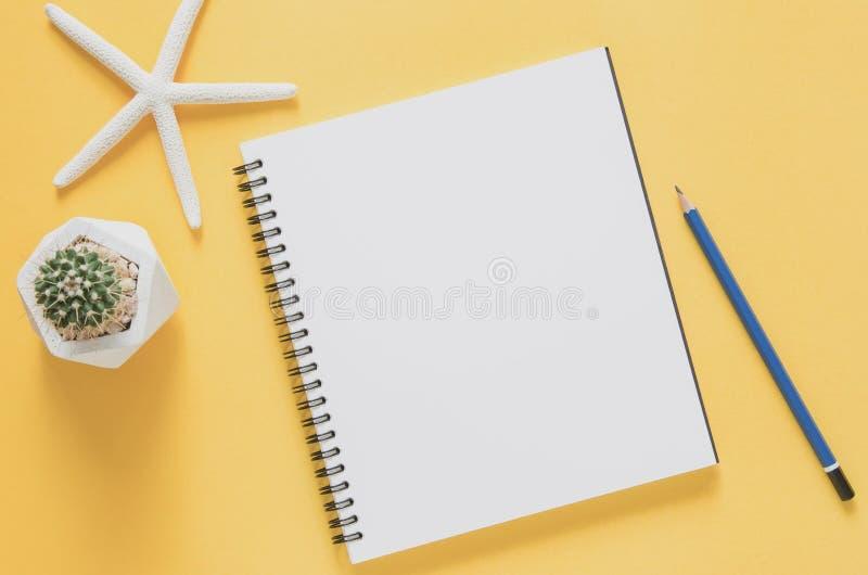 Biurowego miejsca pracy minimalny pojęcie Pusty notatnik z rozgwiazdami zdjęcia stock
