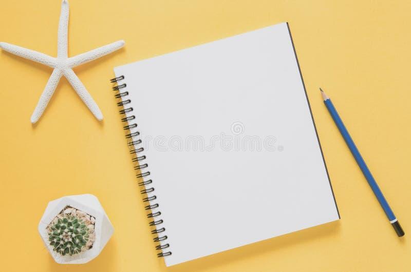 Biurowego miejsca pracy minimalny pojęcie Pusty notatnik z rozgwiazdami fotografia royalty free