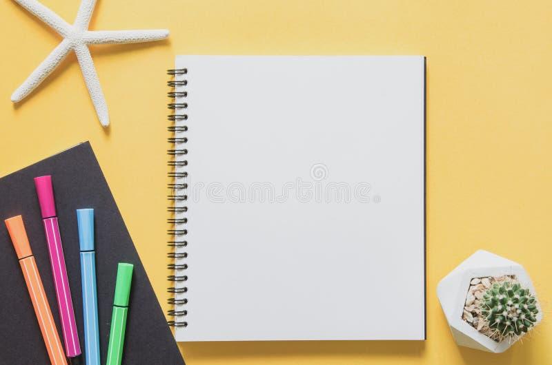 Biurowego miejsca pracy minimalny pojęcie Pusty notatnik z rozgwiazdami zdjęcie royalty free
