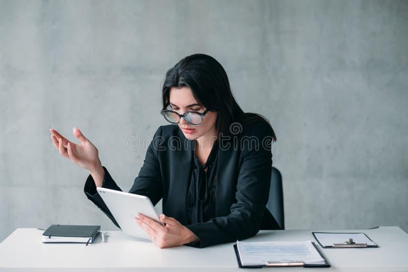 Biurowej rutyny zmieszana pomy?lna biznesowa kobieta zdjęcia stock