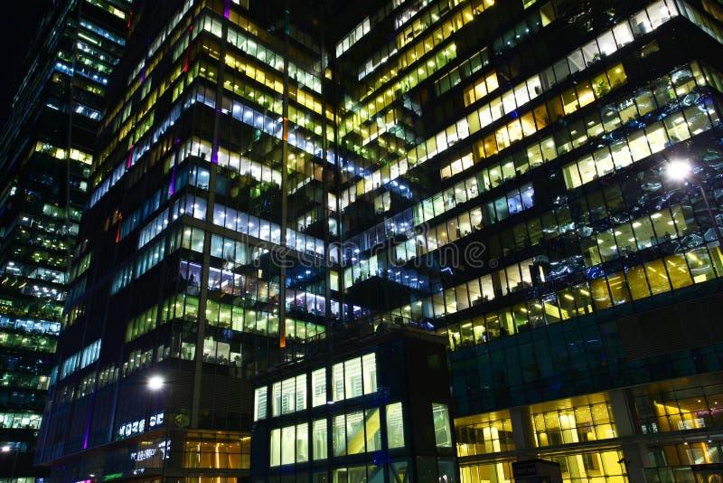 Biurowi okno przy nocą zdjęcie stock