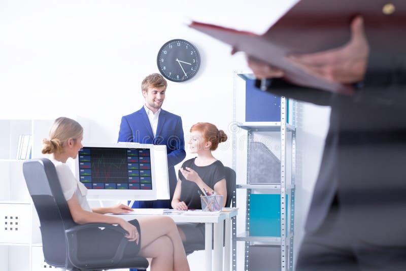 Biurowi pracownicy siedzi przy pracą zdjęcie stock