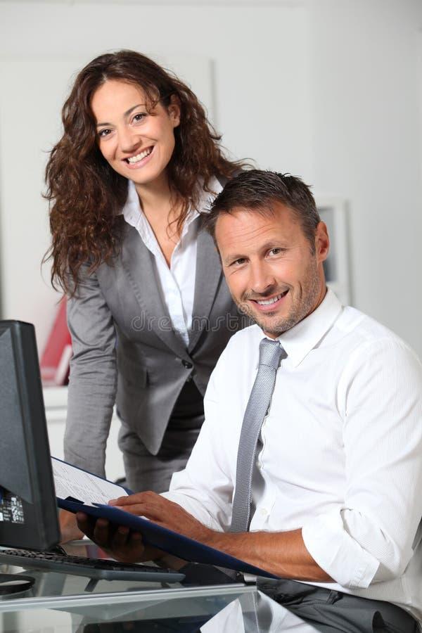 biurowi uśmiechnięci pracownicy fotografia royalty free
