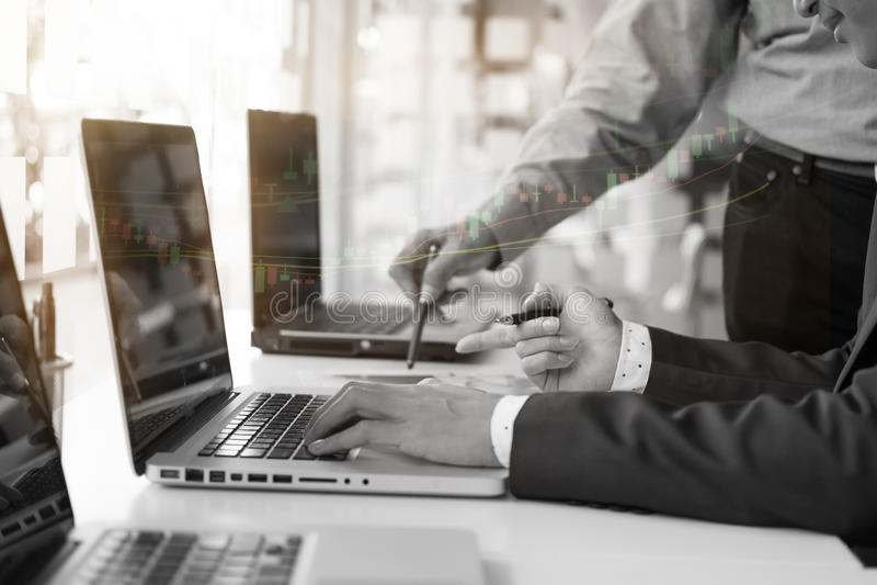 Biurowy życie z biznesowym mężczyzna używa laptop analizy dane finanse obrazy royalty free