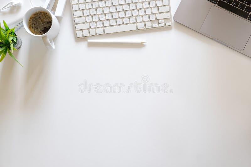 Biurowy biały biurko stół z laptopem, dostawami i kawowym kubkiem, Odgórnego widoku workspace i kopii przestrzeń obraz stock