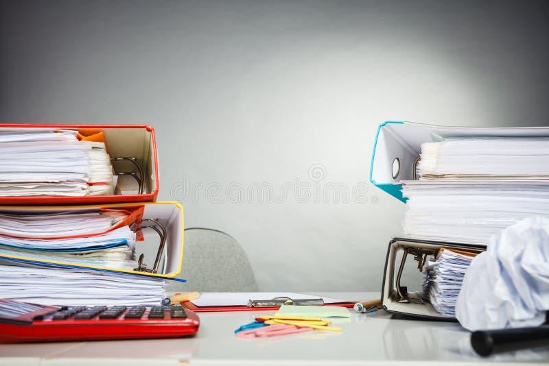 Biurowy biurko śmiecący z papierami fotografia royalty free