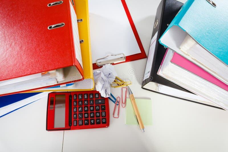 Biurowy biurko śmiecący z papierami zdjęcie royalty free