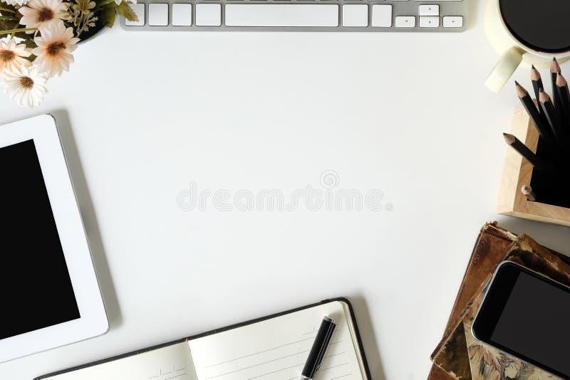 Biurowy biurko biurowe dostawy na bielu zgłasza z odgórnego widoku pracami zdjęcie stock