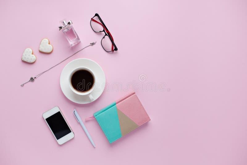 Biurowy biurko na różowym tle obraz stock