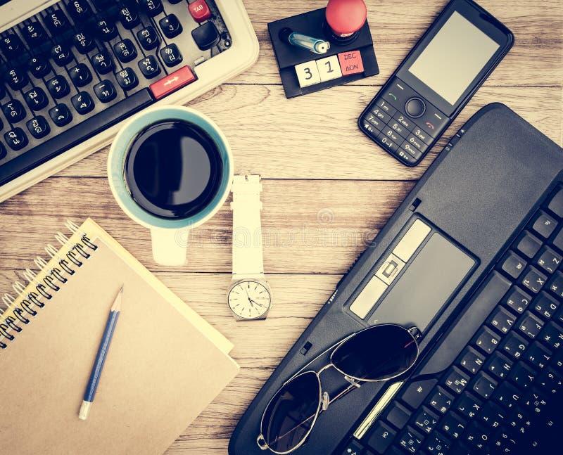 Biurowy biurko z kawowym tłem zdjęcia royalty free