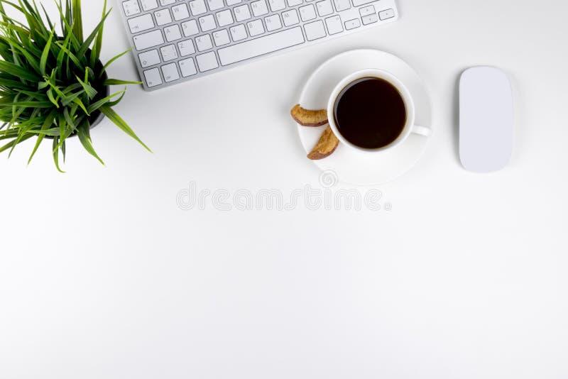 Biurowy biurko z kopii przestrzenią Cyfrowych przyrząda bezprzewodowa klawiatura i mysz na biuro stole z filiżanką kawy, odgórny  obraz royalty free
