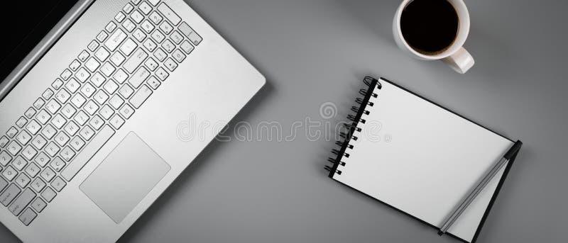 Biurowy biurko z laptop kawą i puste miejsce notatnikiem fotografia royalty free