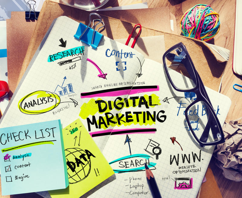 Biurowy biurko z narzędziami i notatkami O Cyfrowego marketingu fotografia stock