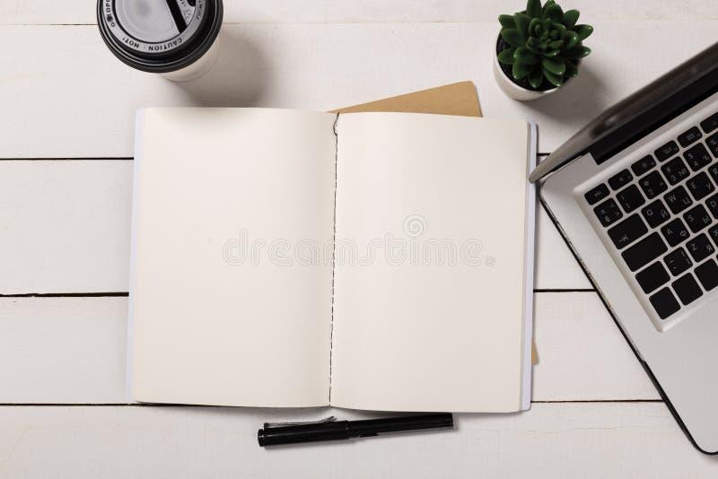 Biurowy desktop widok z pustym notatnikiem zdjęcie royalty free
