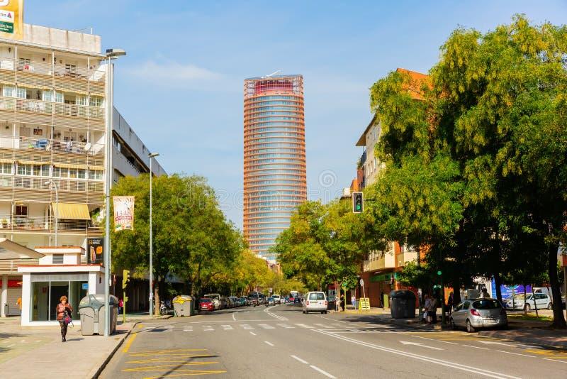 Biurowy drapacz chmur Torre Sevilla przy końcówką ulica w Triana w Seville, Hiszpania obrazy stock
