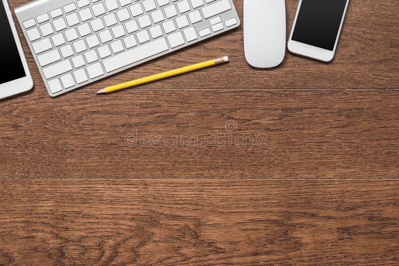 Biurowy drewniany stół z żółtym ołówkiem, pastylka, klawiatura, mysz fotografia stock