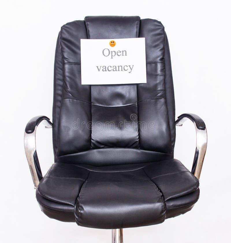 Biurowy krzesło pojęcie odbiorczy pracownicy, na którym wiesza zawiadomienie otwarty wakat w kadrowym dziale obrazy royalty free