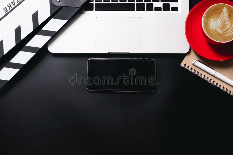 Biurowy materiał z filmu clapper laptopem i filiżanka piszemy notepad zdjęcia royalty free