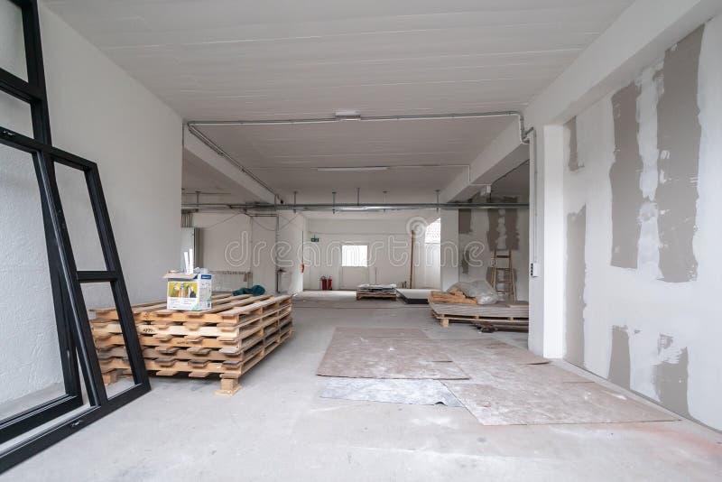 Biurowy pokój jest pod odświeżaniem lub w budowie zdjęcia royalty free