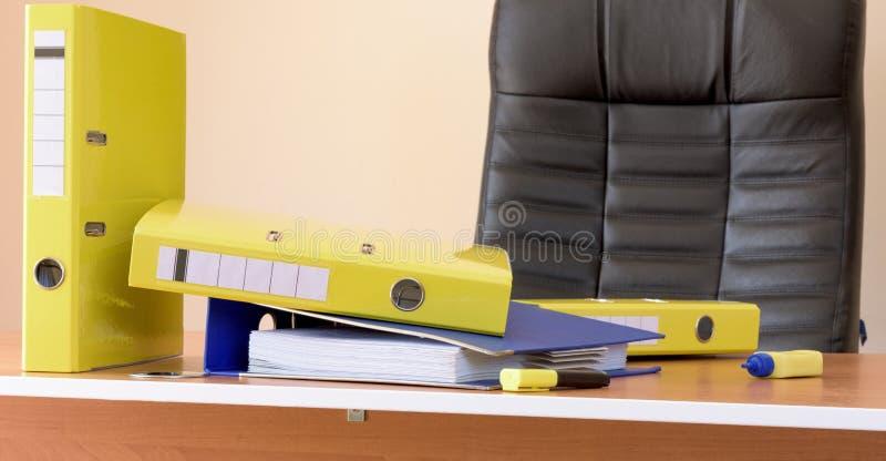 Biurowy pokój z falcówkami na stole obraz royalty free