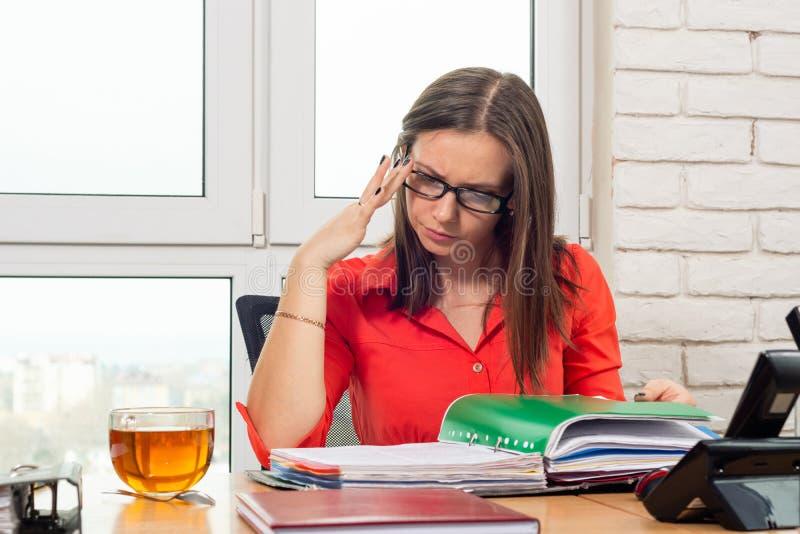 Biurowy pracownik ostrożnie, zamyślenie i czytamy dokumenty w falcówce obraz stock