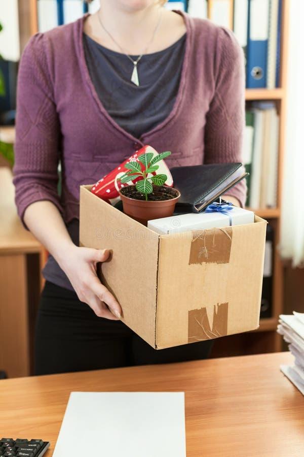 Biurowy pracownik z zbierający w pudełkowate rzeczy fotografia royalty free