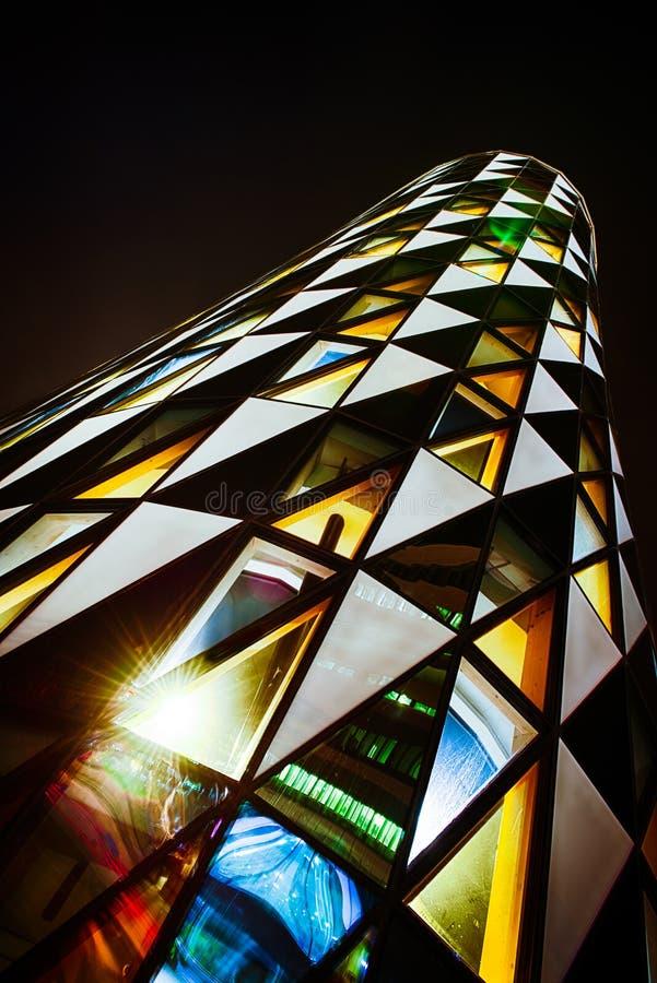 Biurowy szklany budynek w abstrakcie przy nocą zdjęcia stock