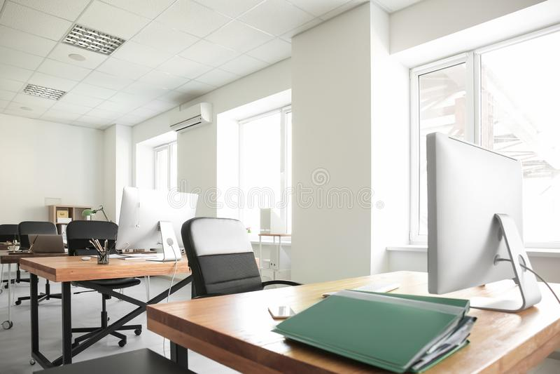 Biurowy wnętrze z komputerami i stołami Miejsce pracy projekt obraz stock