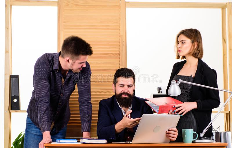 Biurowy wsp?lny poj?cie Coworkers komunikuj? rozwi?zuj?cy biznesowych zadania buck kobiecej wz?r jeden strza? razem pracuje Pracu obraz royalty free