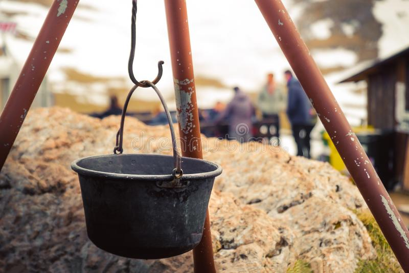 Biwakowy graby schronienie obozuje za halnym kotła ognisku w obraz stock