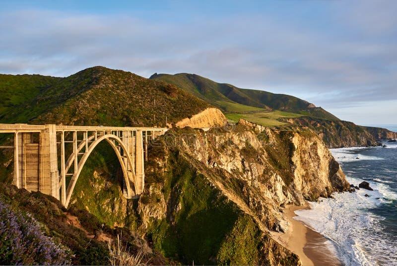 Bixby在高速公路1,加利福尼亚的小河桥梁 库存照片