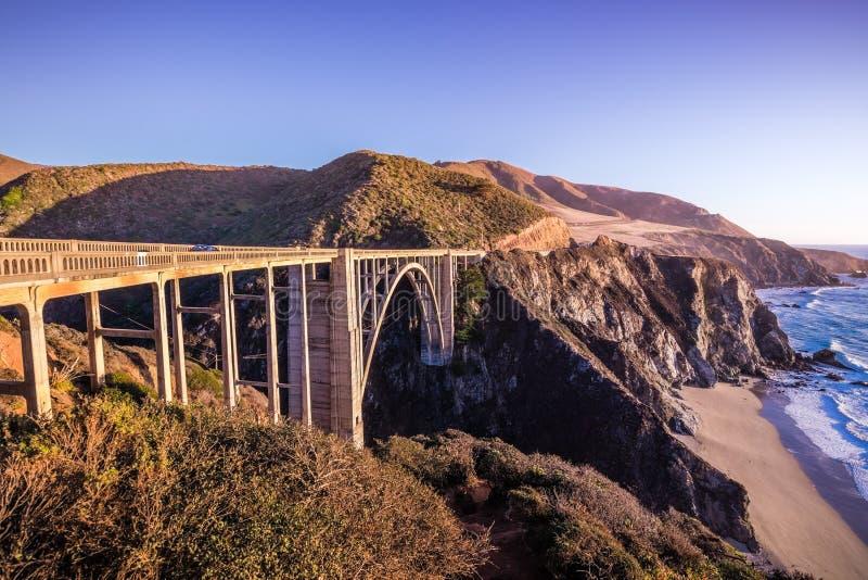 Bixby在高速公路1,大瑟尔,Califor的小河桥梁日落视图  免版税库存照片