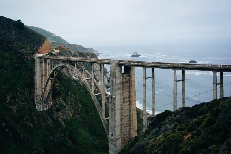 Bixby小河桥梁看法,在大瑟尔,加利福尼亚 免版税库存照片