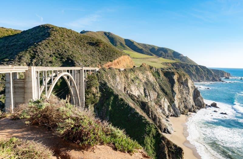 Bixby-Brücke, eine der ikonenhaftsten Brücken in Kalifornien lizenzfreie stockfotos