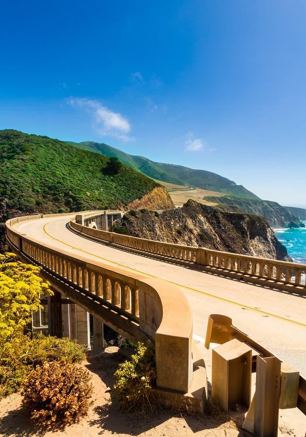 Bixby zatoczki most na autostradzie 1 przy USA zachodniego wybrzeża podróżnymi południe Los Angeles, Duży Sura teren, Kalifornia fotografia stock