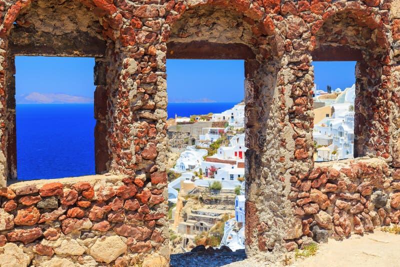 Bizantyjskie kasztel ruiny w Oia wiosce, Santorini, Grecja, jaskrawy słoneczny dzień obrazy stock