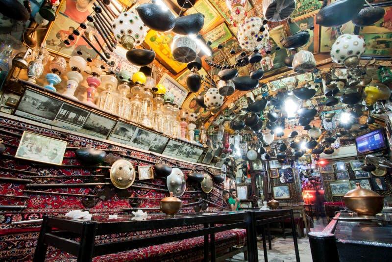 Bizar binnenlands ontwerp met uitstekende voorwerpen in traditioneel Perzisch restaurant stock fotografie