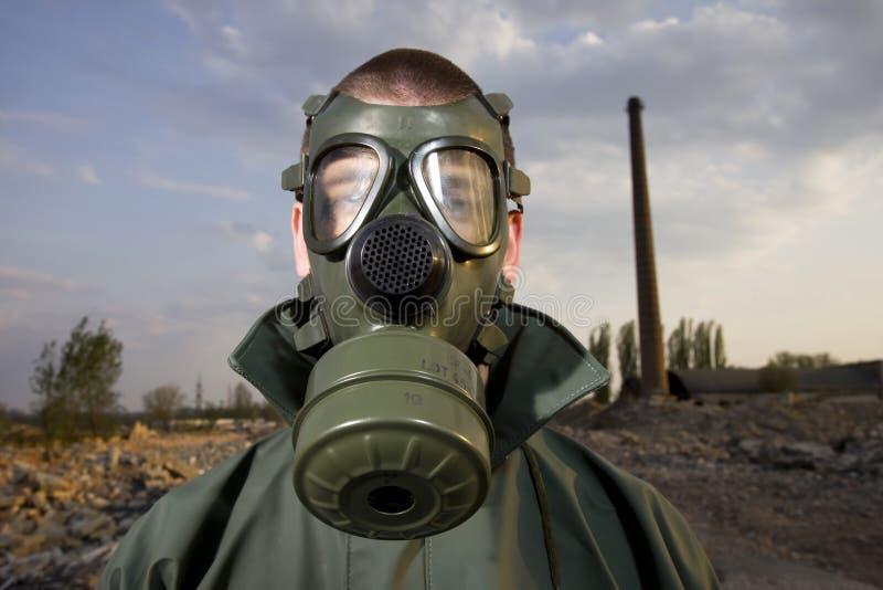 Bizar portret van de mens in gasmasker stock foto's