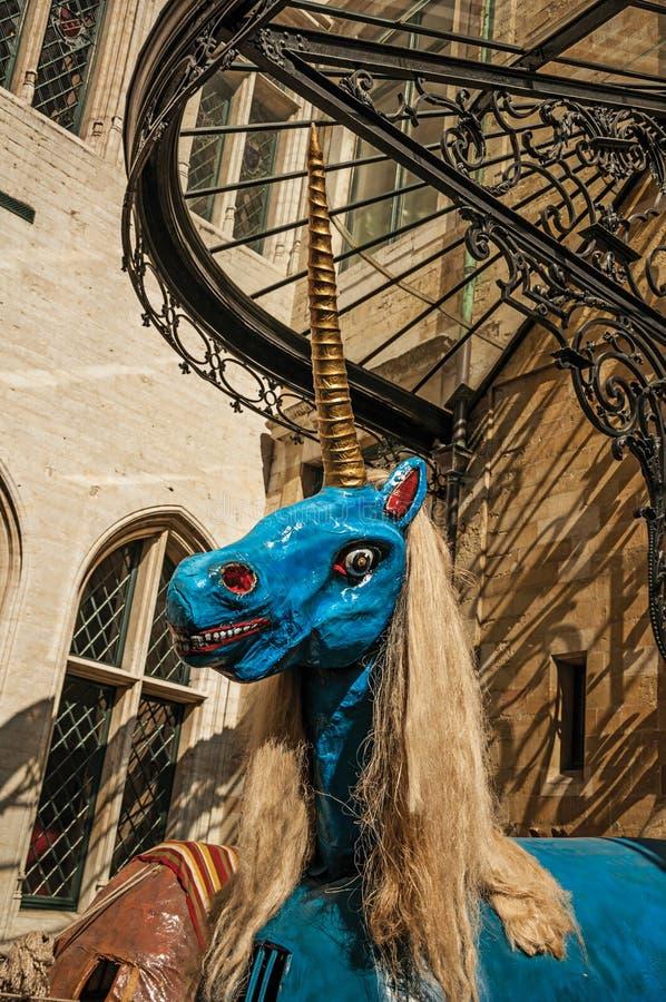 Bizarre en een weinig enge blauwe die eenhoornmarionet, in festiviteiten in Brussel wordt gebruikt royalty-vrije stock afbeelding