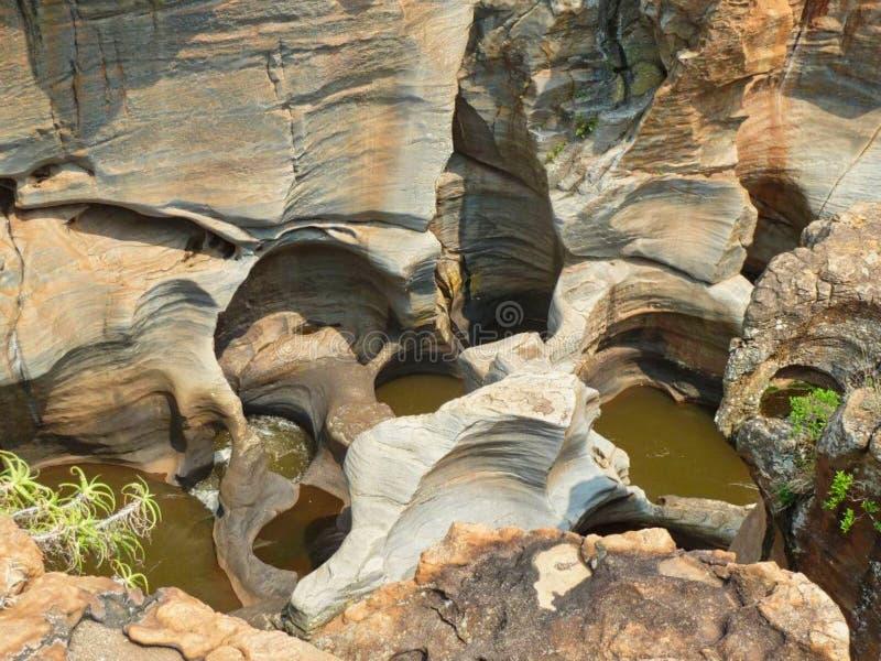 bizarre rotsvorming in Afrika op een klip stock afbeeldingen