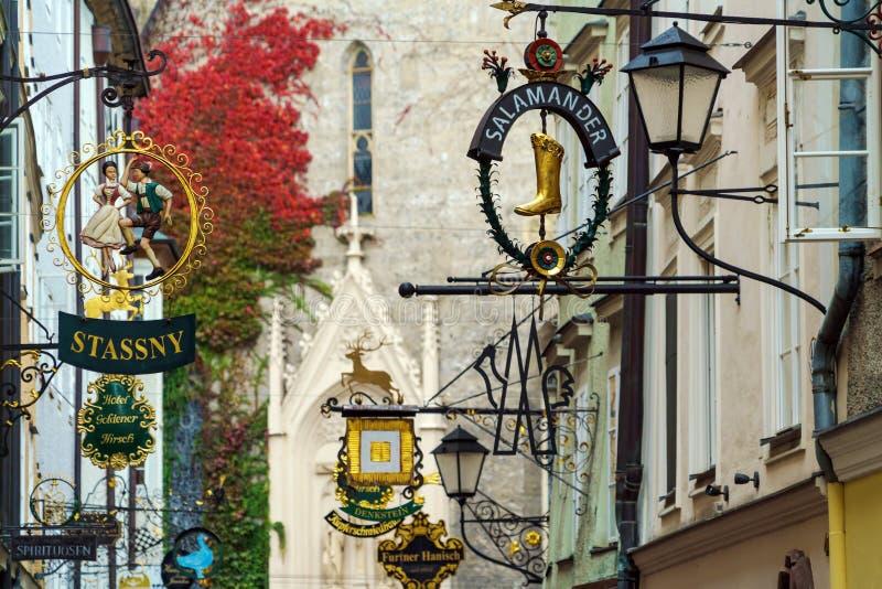 Bizarre uitstekende tekens op Getreidegasse, Salzburg, Oostenrijk stock afbeelding