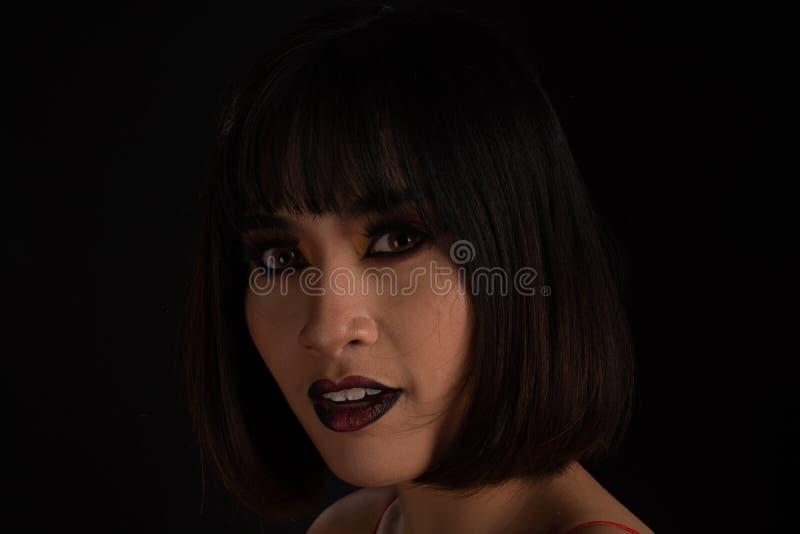 Bizarre vrouw met donkere toonmake-up stock afbeelding