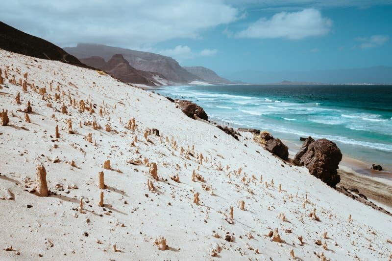 Bizarre zandsteenvormingen in het maanlandschap op de kustlijn van Sao Vicente Island Cape Verde stock foto