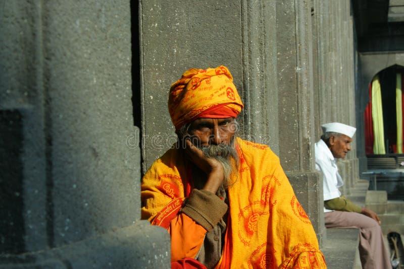 Bizcocho borracho en el pensador piadoso del templo del nashik imagen de archivo