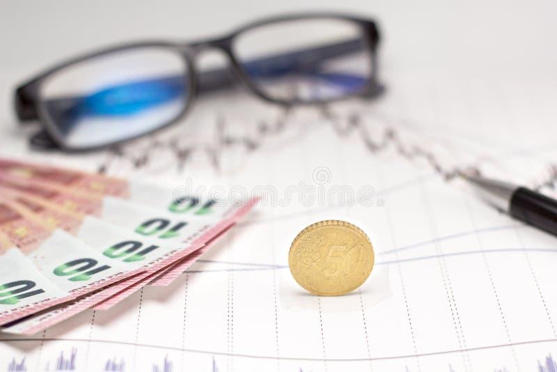 Biznesów atrybuty z 10 euro monetami i banknotem zdjęcia stock