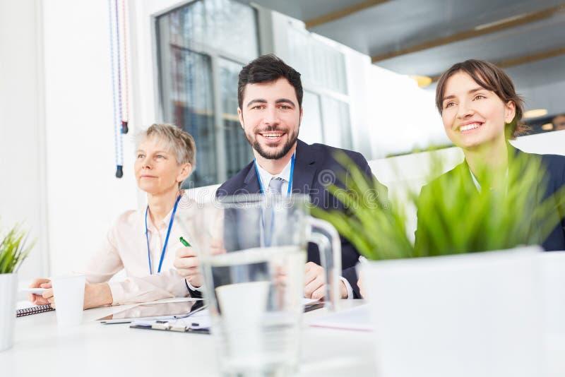 Biznesów drużynowi koledzy w warsztacie zdjęcia stock